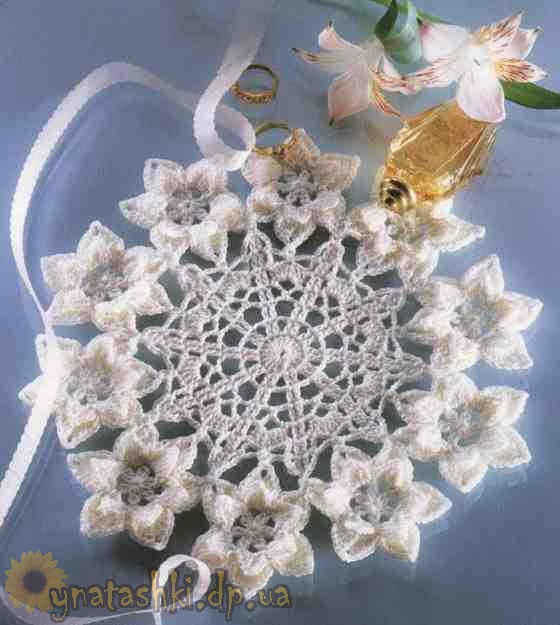 Вязаная салфетка с цветами