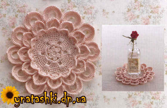 Вязаная подставка в форме цветка